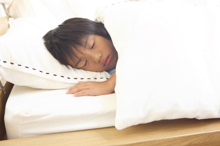 幼児は「おねしょ」、学童期には「夜尿症」